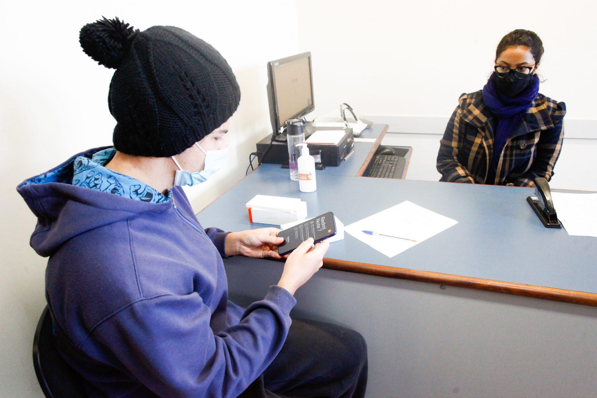 UEPG entrega aparelhos celulares para acadêmicos