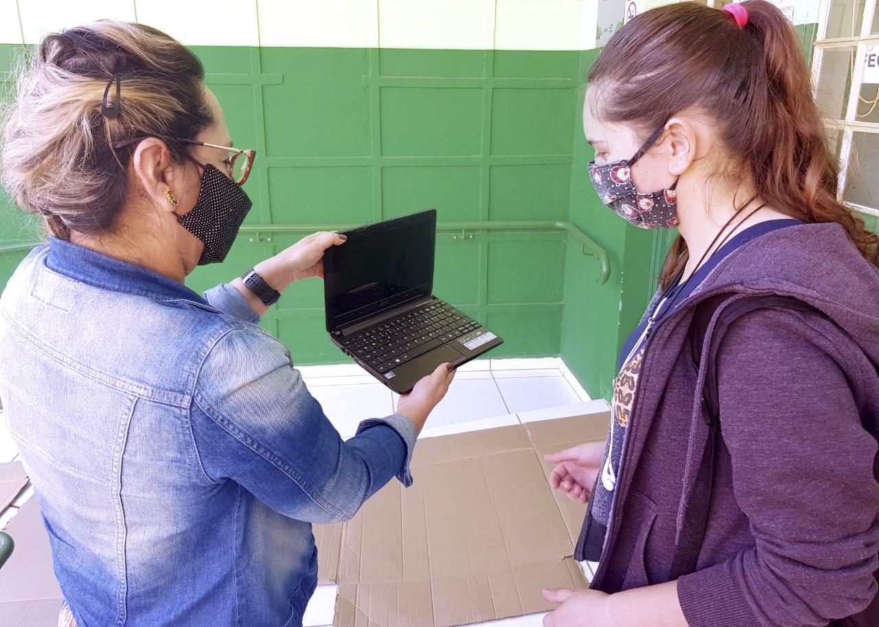 PRAE entrega notebooks para estudantes da Região dos Campos Gerais