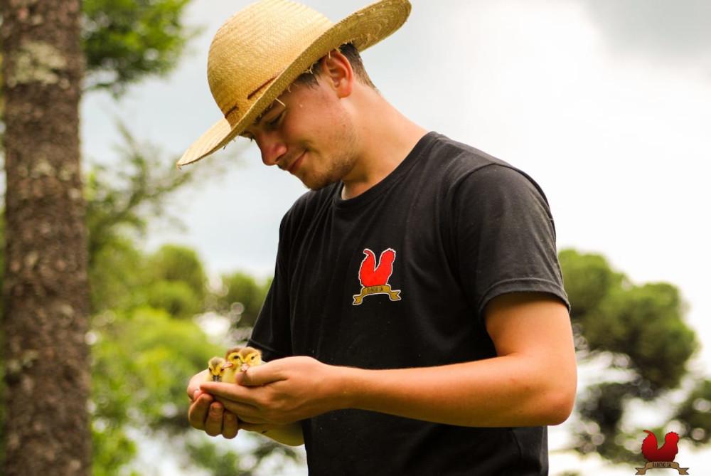 Acadêmico da UEPG divulga criação de galinhas ornamentais
