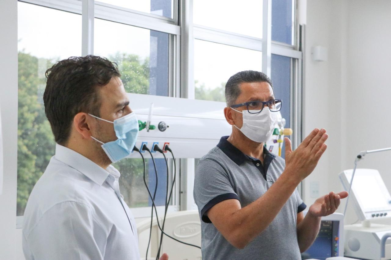 Reitor e Aliel Machado acompanham preparação da transferência de pacientes para o novo prédio do HU-UEPG