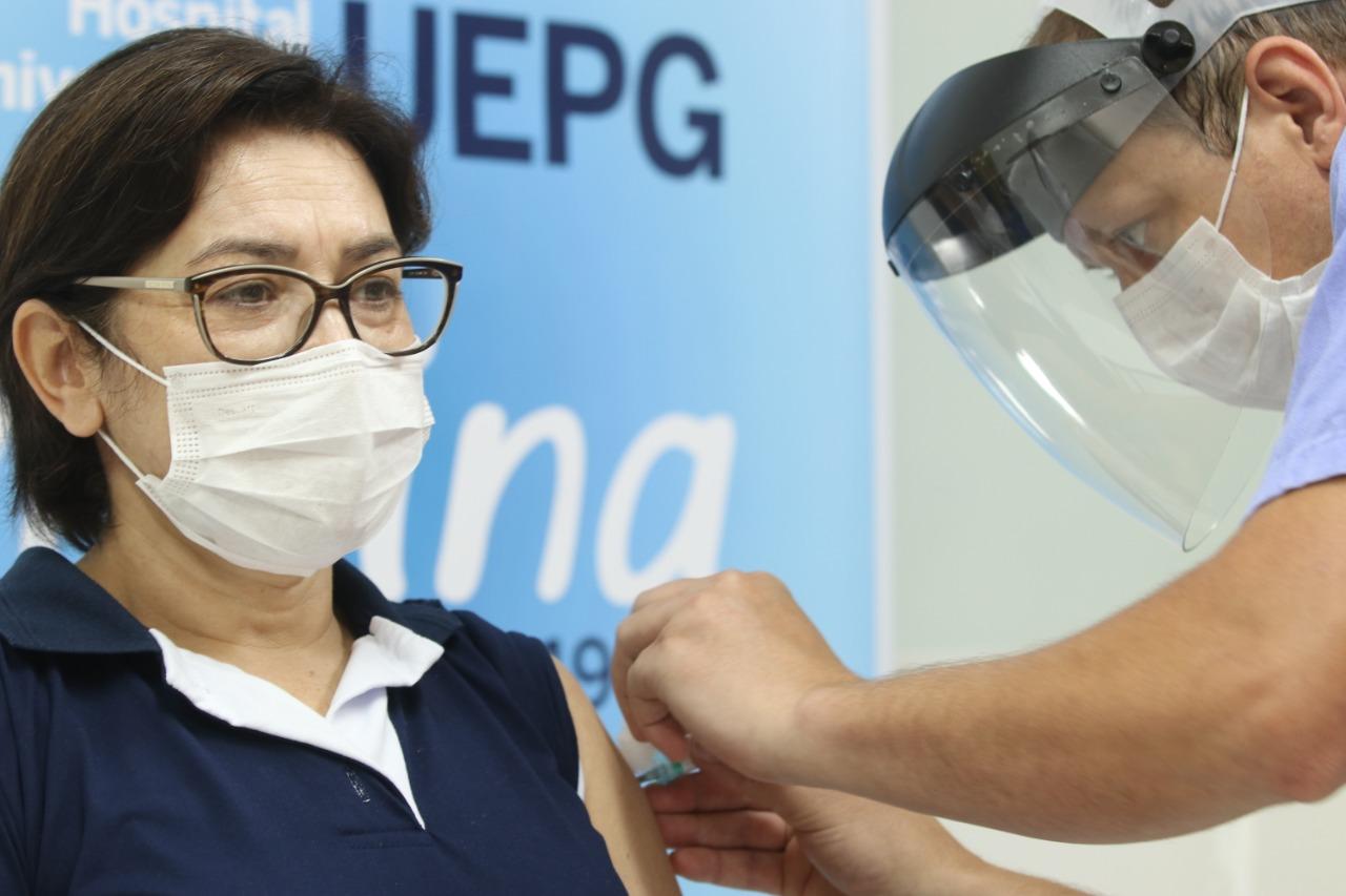 UEPG inicia vacinação contra Covid-19 para servidores do Hospital Universitário